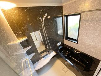 バスルームリフォーム 高級感あふれるカラーに一新したバスルーム