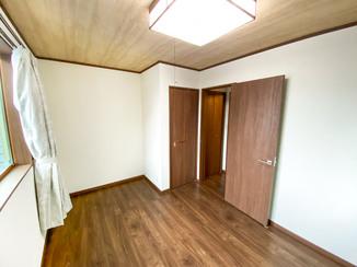 内装リフォーム お家の雰囲気にマッチするトイレ付きの洋室
