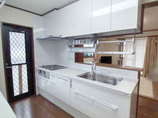 キッチンリフォーム収納力抜群の吊戸棚とカップボードのあるキッチン